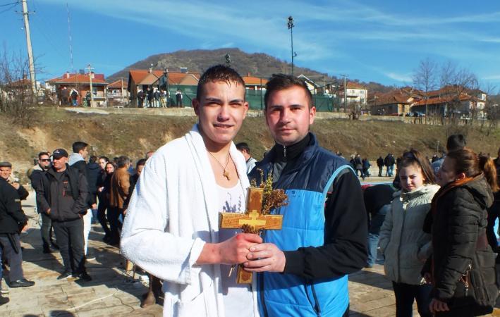 Стефан Павловски го фати богојавленскиот крст во Кратово (ВИДЕО)